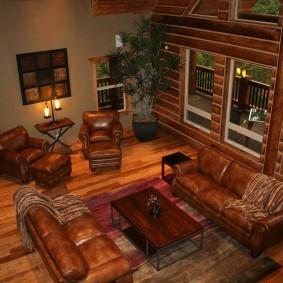 Дорогая мебель в гостиной деревенского дома