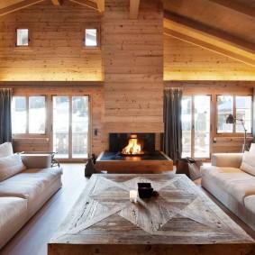 Деревянная отделка дымохода в гостиной
