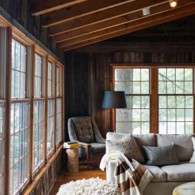 Деревянные рамы на окнах гостиной