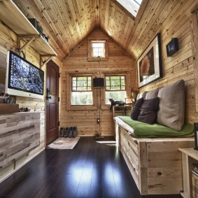 Узкая гостиная в деревянном доме