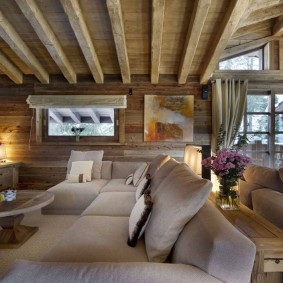 Деревянные балки на потолке гостиного помещения