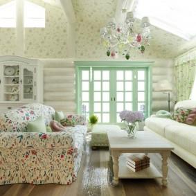 Светлая гостиная в деревенском стиле