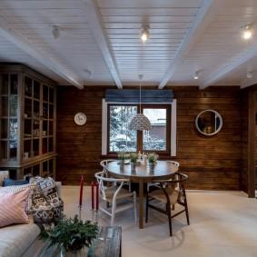 Светлая окраска деревянного потолка