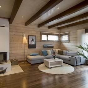 Коричневые балки на белом потолке