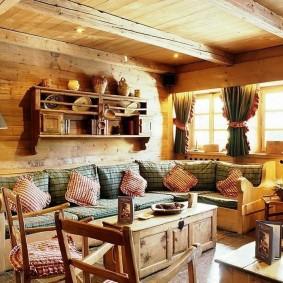 Деревянная полка для посуды в доме из бруса