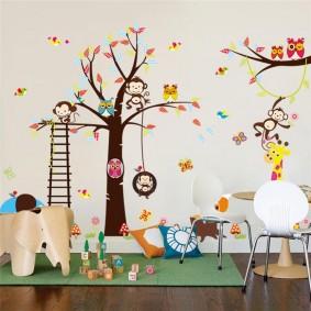 Декор рисунками стены в детской комнате