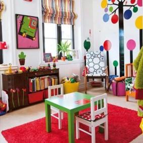 Стол для настольных игр в детской комнате