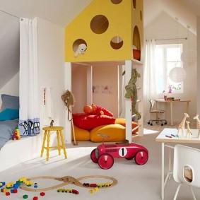 Детская игровая комната в мансарде частного дома