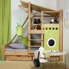 Деревянная кровать для небольшой детской