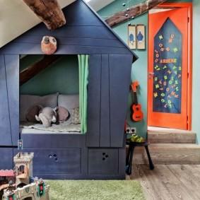 Комната мальчика с игровым домиком