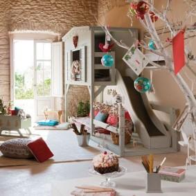 Игровая зона с горкой в детской спальне