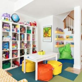 Цветные пуфы в игровой зоне детской