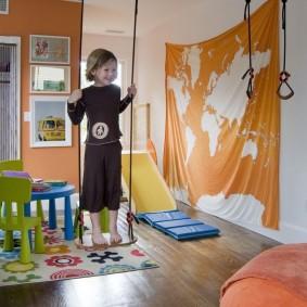 Детские качели на потолке комнаты