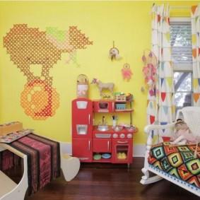 Желтые стены в детской спальне