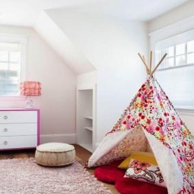 Детская комната с белыми стенами