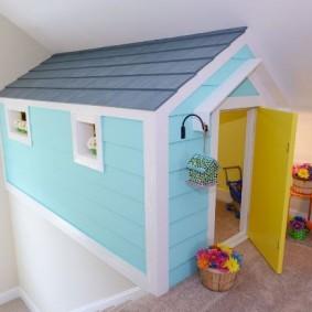 Домик для игр в комнате маленькой девочки