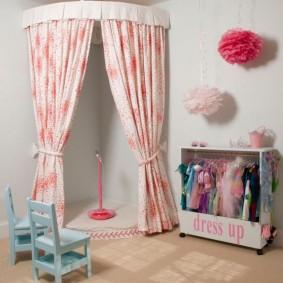 Импровизированная сцена в комнате дочери