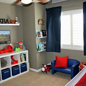 Синяя штора в комнате мальчика