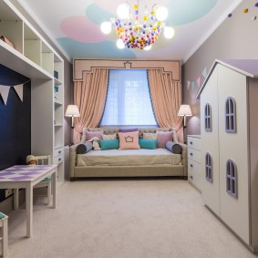 Детский шкаф в виде домика с окошками