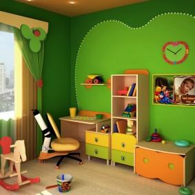 Детская мебель вдоль зеленой стены