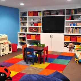 Яркий ковер на полу в детской комнате