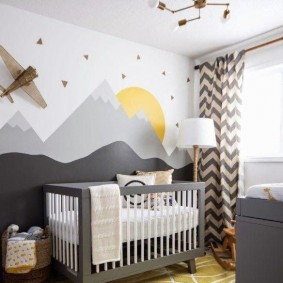 Нарисованные горы на стене за детской кроваткой