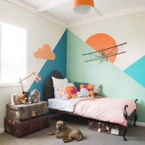 Геометрические узоры краской на стене детской