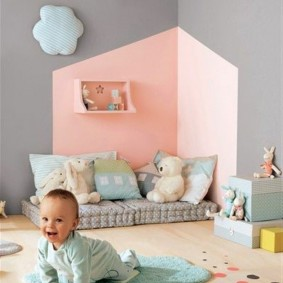 Розово-серые стены детской спальни