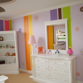 Полосатая окраска стен детской спальни