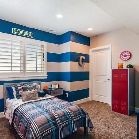 Синие полосы на стене детской в морском стиле