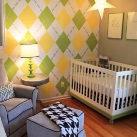 Белая кроватка у серой стены