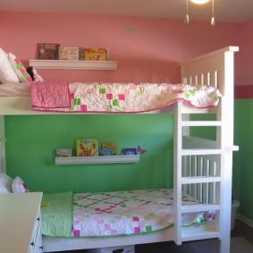 Розово-зеленые стены за двухъярусной кроватью