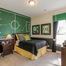 футбольное поле на стене комнаты для мальчика