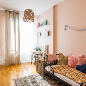 Розовая краска на стене детской комнаты