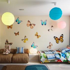 Декорирование бабочками покрашенной стены