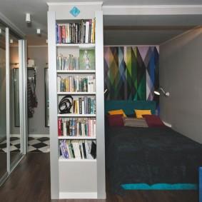 Спальное ложе в нише однокомнатной квартиры
