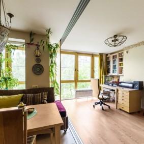 Живые растения в просторной комнате
