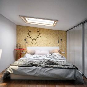 Узкая спальня с широкой кроватью