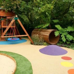 Деревянные качели на детской площадке