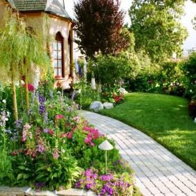 Садовая дорожка из цементной брусчатки
