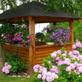 Декор садовой беседки цветами в горшках