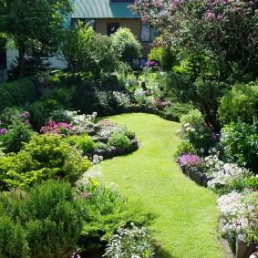 Обилие цветущих кустарников в саду смешанного стиля