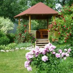 Стильное место для отдыха с деревянной беседкой