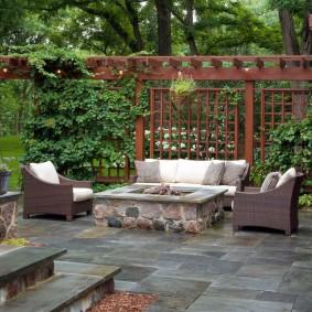 Пергола с вьющимися растениями за площадкой для отдыха