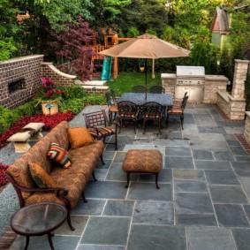 Садовая мебель на площадке из природного камня