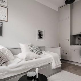 Подушки на раскладном диване в квартире