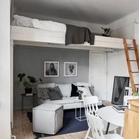 Спальное ложе под потолком квартиры