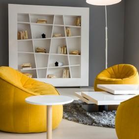 Желтая мебель в комнате с серыми стенами