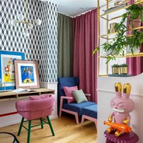 Розовая спинка стула для девочки-школьницы