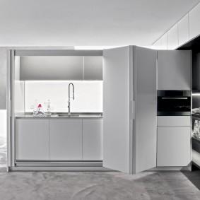 кухонный гарнитур за раздвижной перегородкой